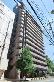 サンタフォンス 2DK/2階の外観 14階建てのマンション。1階は美容院とエステサロンの店舗が入っています。